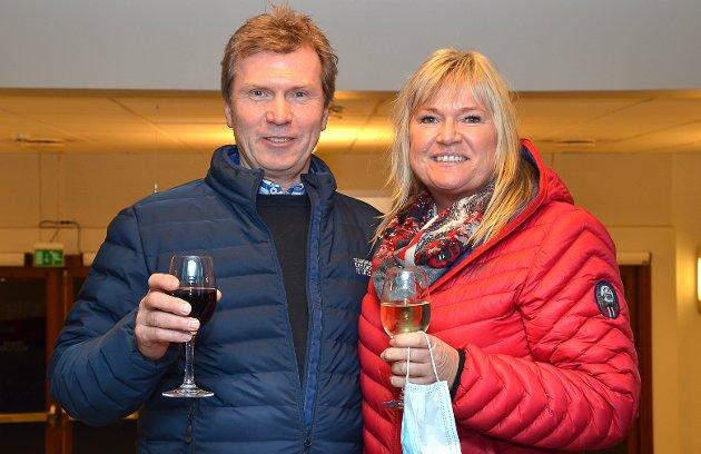 KOSTE SEG: – Vi tok turen hit i kveld for å komme oss ut og få litt julestemning, understreker Jan Petter Hagen og Anne Kari Randem fornøyde med hvert sitt vinglass som de hadde lov til å ta med seg inn i storsalen under underholdningen.