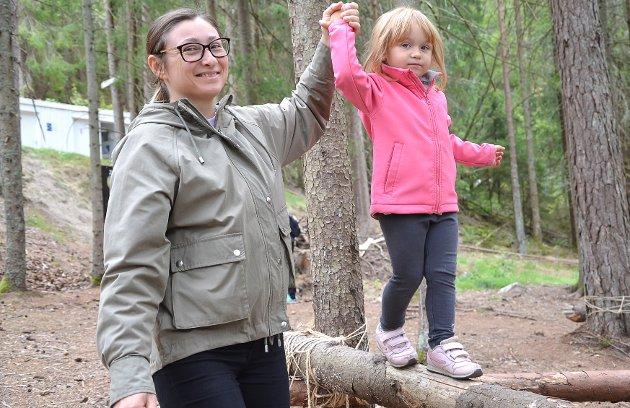 BALANSEGLEDE: – Kjempefint opplegg, påpeker Svitlana Iakovlieva smilende mens hun støtte datteren Mathilde mens sistnevnte balanserer kosentrert - trygt støttet av mamma.