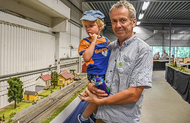 Mathias Nylund med sønnen Alfred (3½). Ikke godt å si hvem som ble mest fascinert!