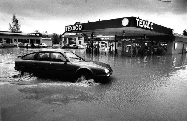 Kanskje det hadde vært like greit med båt som bil denne dagen for å komme til Texaco-stasjonen ved Dyrløkke. Datoen er 16. oktober 1987.