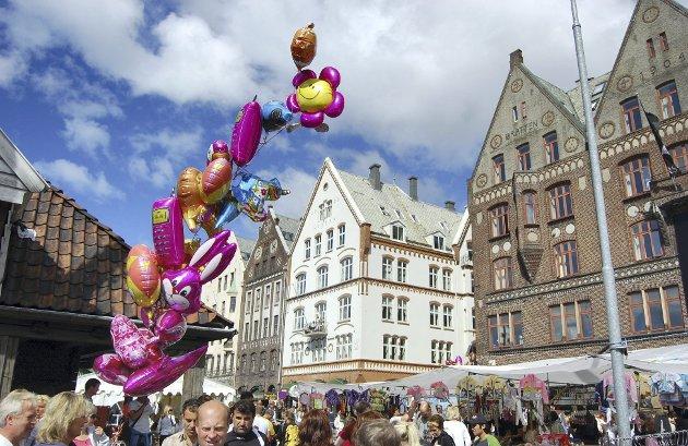 Å gå med sin far i hånden, og få lov til å velge ut sin egen søttendemaiballong: Har livet mange større øyeblikk å by på? spør Erling Gjelsvik. ARKIVFOTO: BA