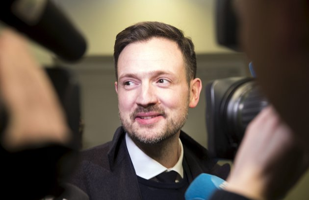 Dag Inge Ulstein (KrF) sa ja til statsrådpost i regjering sammen med det han for kort tid siden kalte et populistisk Frp. Her er Ulstein på vei inn til sitt første møte i stortingsgruppen, Foto: Terje Bendiksby / NTB Scanpix