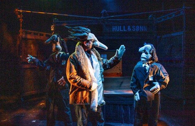 """Det er lett å bli revet med i teaterstykket """"Hull & Sønn"""" for på scenen skjer det noe hele tiden."""