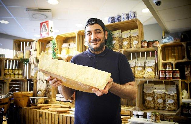Fabio Russo fra Delikatessen på Galleriet viser frem en 40 måneder gammel parmesan, proppfull av umami.