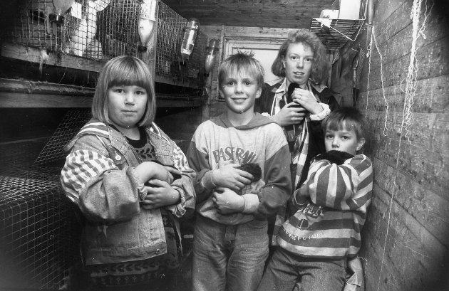 September 1992: Bodil Katrine Øren, Roy Arild Vågane, Edgar Ståke Øren og Kamilla Øren på Løkkebø med kaninar.