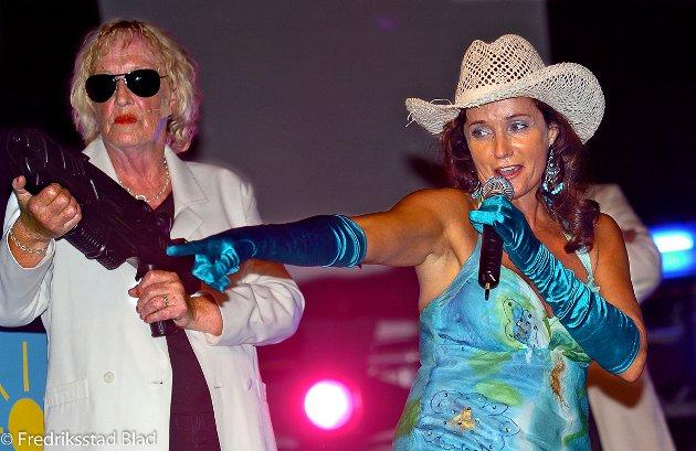 """Premiere på revyen """"Vi flippær ut"""" på City Scene: Vivi Haug (t.v) og Inger Lise Rypdal. Foto: Trond Thorvaldsen, 20.07.2006"""