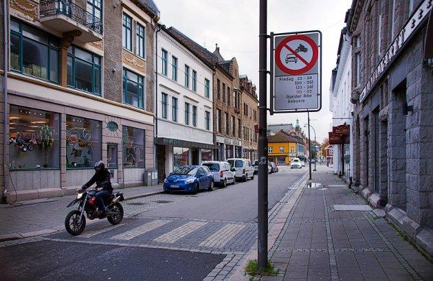 Hans Omberg klager på fremkommeligheten med rullestol, og ser behov for å bruke bil i Storgata.