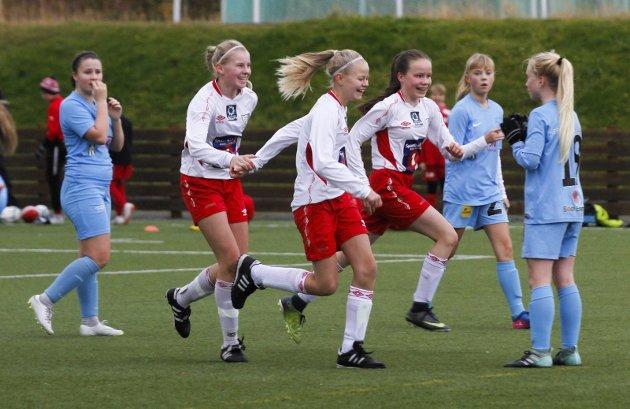 Halsøy J13 vant 2-0 over Nedre Rønvik. Scoringsjubel etter 2-0 av Madelen Nilsskog Johnsen. Bilder: Per Vikan