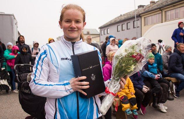 FIKK PRIS: Taekwon-do utøver Marte Brasøy Sætrum (32) fikk Vardøs kulturpris for 2019. - Det er en stor ære å bli nominert. Så var det også fine ord å få, sier hun. Marte har vært leder i Vardøs klubb siden 2011, og drevet med sporten selv siden 2002. - Det er livet mitt. Jeg pleier å fleipe med at jeg kommer til å bli der nede om så i rullestol, sier hun med et lurt smil.