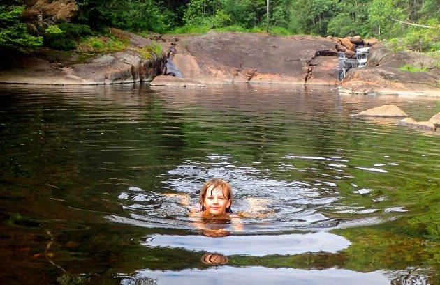 Herlig å bade i Ringhølen synes Fredrik Sønju Stabæk.