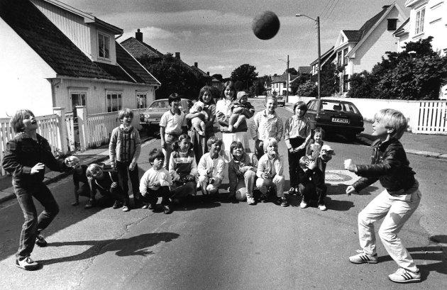 Bråtengata, 1984: Disse barna har et stort ønske som de sender Moss kommune: De ønsker seg en lekeplass. - Vi er lei av å leke langs gata, sier de.