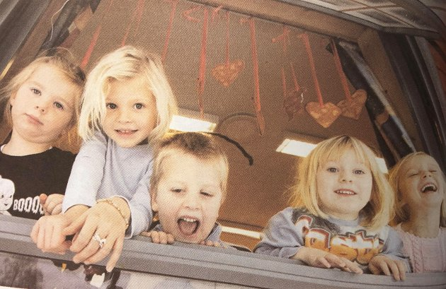 Natalie, Linnea, Bastian, Hedda, og Elise Marie i Søttumveien barnehage i Vestby talte dager til julaften. – Julenissen kommer, det er helt sikkert. Han skal spise grøt, fortalte Natalie, men det var ikke Hedda sikker på. Desember 2004.