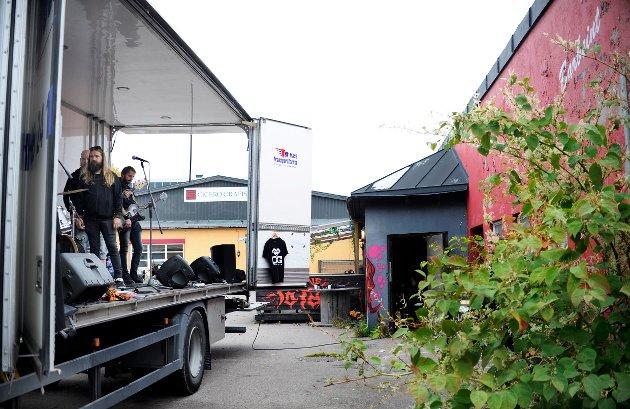 Lastebil-scenen pakkes utenfor Gamle total i Tønsberg