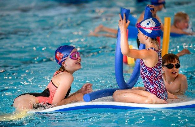 Rana svømmeklubb arrangerer svømmeskole for barn mellom 7 og 13 år.