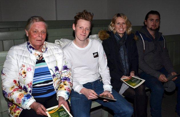 PÅ GALLERIET: Aud Røhne (f.v.), Roald Davidsen, Renate Tangen og Morten Andrè Ebbesvik måtte finne seg plass på galleriet, men nøt konserten derfra.
