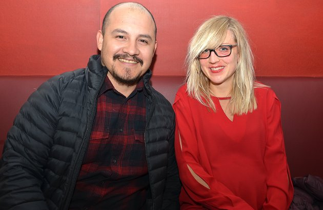 HAN ER MORSOM: – Det er stand up-komiker Adam Schjølberg som trekker oss hit i kveld. Han er morsom, bedyrer Wes Aguilar og Elise Tokerud og ser ut til å kose seg.