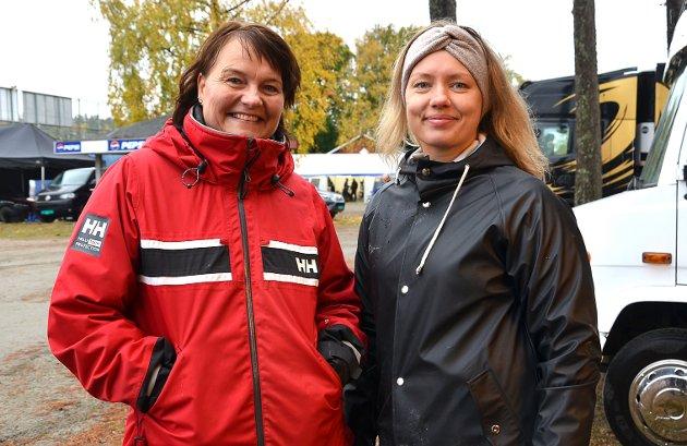 STOLTE: – Vi er med og lager mat og tørker bilruter, forteller Heidi Fjeld Engsvik (t.v.), som er mamma til de dyktige Ørje-førerne Simen og Sander Engsvik. Ingrid Andreassen er samboer med nevnte Simen.