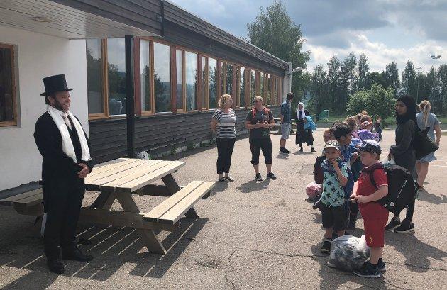 Rektor Jonas Ringard ønsker elevene god sommer på Kirkeby skole.
