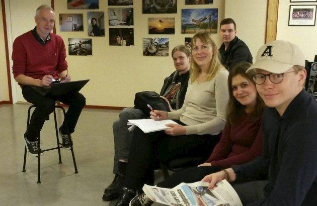 Forbereder praksis: Redaktør Frank Øvrewall planlegger Saltenpostens utdanningsbilag sammen med ei gruppe 2. -klassestudenter på journalistutdanninga i Bodø, før de skal i kortpraksis på Fauske i neste uke. Foto: Journalistutdanninga