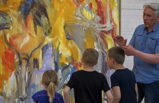 Addes kunst: Kunstpedagog og forteller Bjørnar K. Meisler sammen med unge betraktere av Per Addes kunst. Foto: Laila Ingvaldsen, Nordland nasjonalparksenter