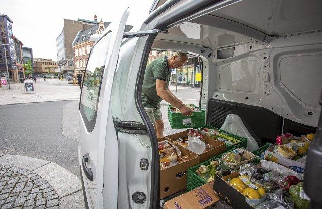 Ferdig hentet: Grønnsaker, brød, kjøtt og meieriprodukter skal leveres til kjøkkenet. – Her er det mye godt, sier Engebretsen.