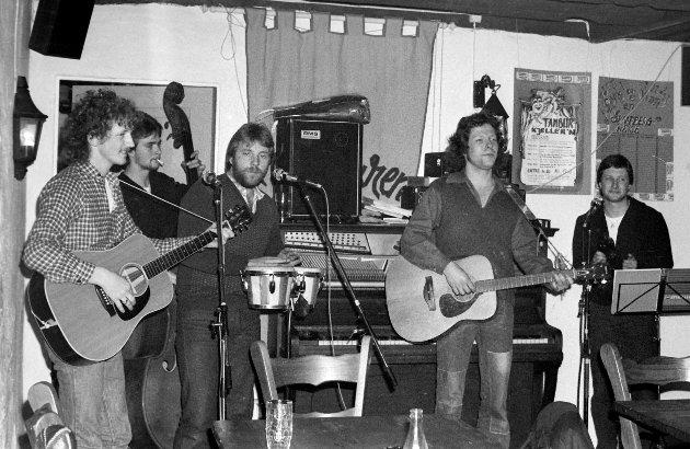 """28.12.1983: Gatemusikantene """"Gud Bedre and the Hotpants"""" har innendørs konsert på Tamburen."""