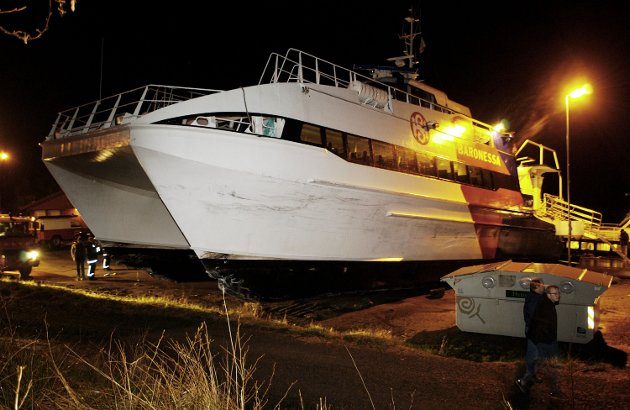 HAVARI: Det legendariske havariet til HSD-båten MS «Baronessa» i Ranavik i 2004. Båten hamna langt opp på land. Venterommet til venstre for baugen.