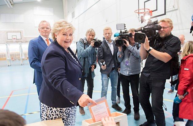 BORGERLIG FLERTALL PÅ STORTINGET: Statsminister Erna Solberg (H) fikk fornyet tillit på mandag selv om den borgerlige fløyen fikk færre stemmer enn de rødgrønne partiene.  Foto: NTB scanpix