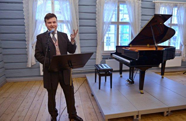 PRESENTERTE BEETHOVEN: Tor Espen Aspaas spilte musikken og fortalte om personen Beethoven.