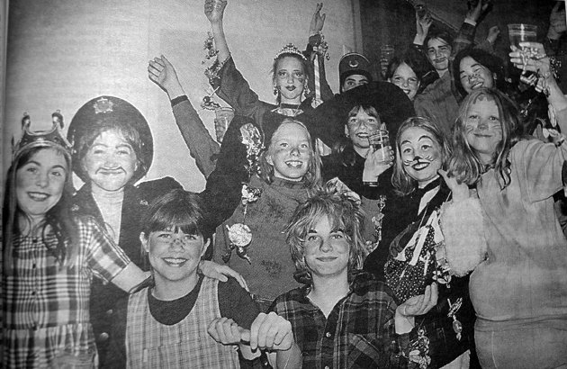 Det var bare smil å skimte på de unge skuespillerne etter «Alice lengter tilbake» som ble vist på Sørvågen skole.  Stykket handlet om å finne barnet i seg selv. Den kjedelige voksne verden med forbud og nei, nei hadde kanskje like stor rot i virkeligheten som i skuespillet, skulle man tro dramaelevene ved Kultur- og musikkskolen i Moskenes.