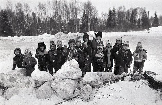 Øreåsen-barn demostrerer for skøytebane, vinteren 1979.