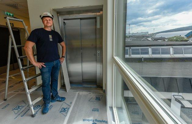 Thomas Ildgruben med den nye heisen.