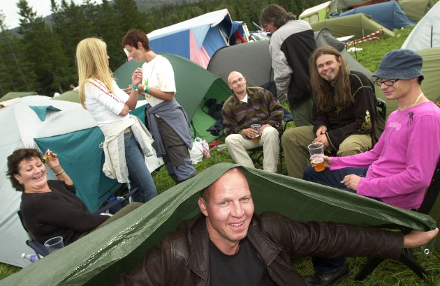 2003: Bjørn-Erik Knutsen (foran) bruker teltet som paraply. Fra venstre Margareth Kibsgaard, Vibeke Johnen, Nina Rafaelsen, Kalle Holmslet, Moten Sivertsen og Roy-Arthur Davidsen