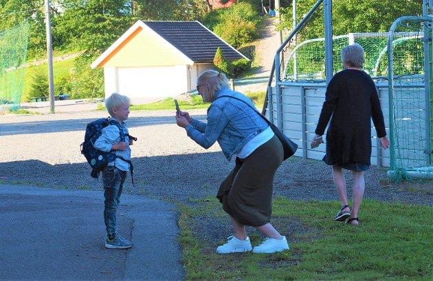 SKOLESTART:  Første skoledag må foreviges, mamma Helene Jørgensen sørger for bilde til familiealbumet av sønnen Emil.