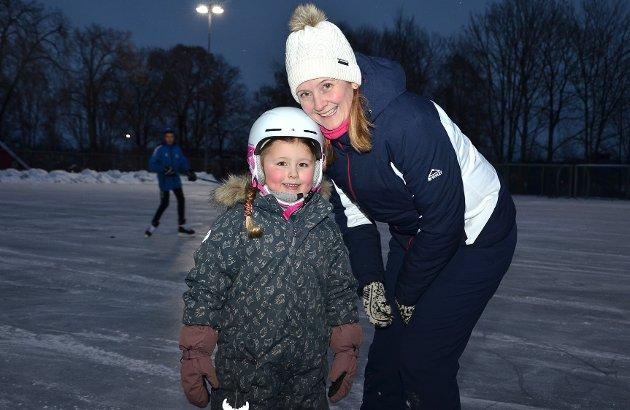 GØY - OG DEILIG: – Det er gøy å gå på skøyter, sier blidt Eira Skjolden mens den smilende mammaen Jannicke Sørheim påpeker at hun er glad for å slippe å reise til Båstad for at datteren skal få gå på skøyter.