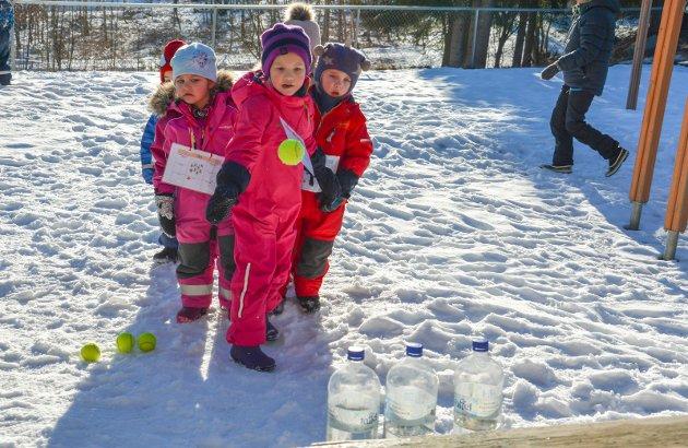 BLINK:  De unge viste god presisjon med tennisballer, så vannflasker datt. Smack, smack, smack, tre rett ned fra Ebba.