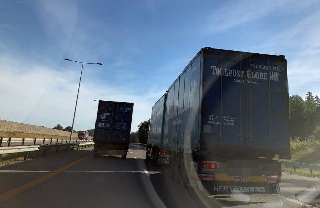 TUSLER FORBI: Her et eksempel på vogntog som veldig gjerne skulle forbi kollegaen sin i høyre felt på E18. Vi andre for bare bremse ned og nyte omgivelsene. For slike forbikjøringer tar sin tid.