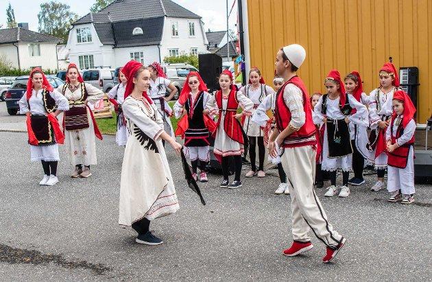 Den albanske dansegruppen Shgiponjat opptrådde på Barnas verdensdag i Ås. Her noen bilder fra forerstillingen.