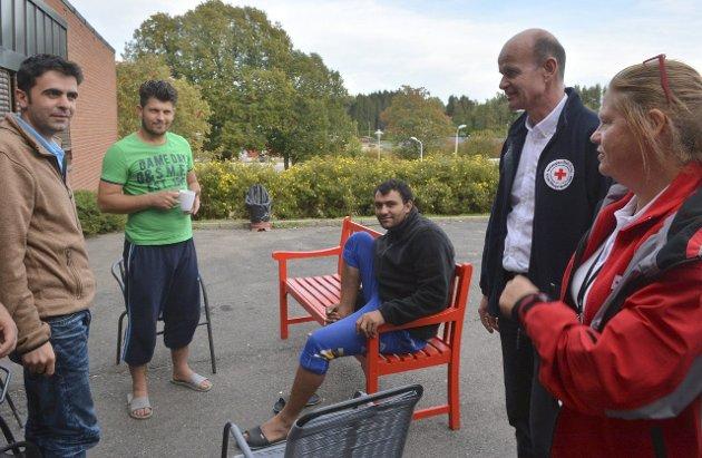 Frivillige: Svein Mollekleiv, president i Røde Kors besøkte i begynnelsen av oktober det midlertidige mottaket på Ørmen. Nå er Røde Kors ute av dette mottaket, men er engasjert ved andre mottak i distriktet.Arkivfoto: FB