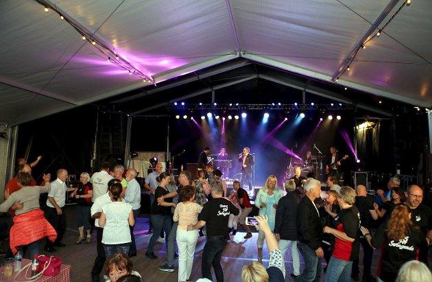 DEBUT: Det var mange på gulvet da Hermanz bød til dans i teltet på brygga.