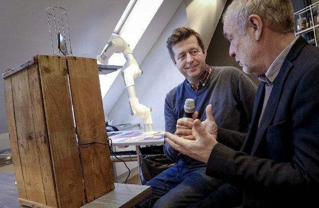 Finn-Erik Blakstad har eget talkshow på Facebook. Her i samtale med Per Olav Skjervold ved Universitetet på Ås.