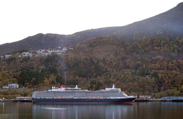 TIL KAI: Her ligger Queen Elizabeth til kai som det første skipet som har tatt i bruk den nye cruisekaia midt i hjertet av Narvik.