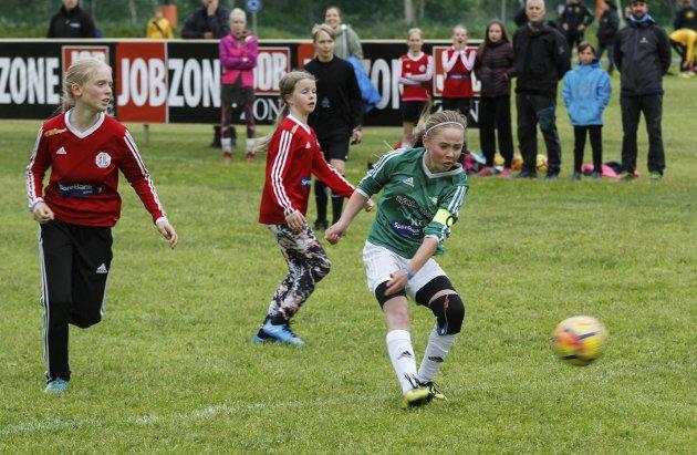 Kippermocupen 2018 fredag. Gullvikmoen mot Spillum J12 Disse lagene møtes i serien i Namsos, og nå møttes de her også. Kaptein Madelen Nynes Dahlberg