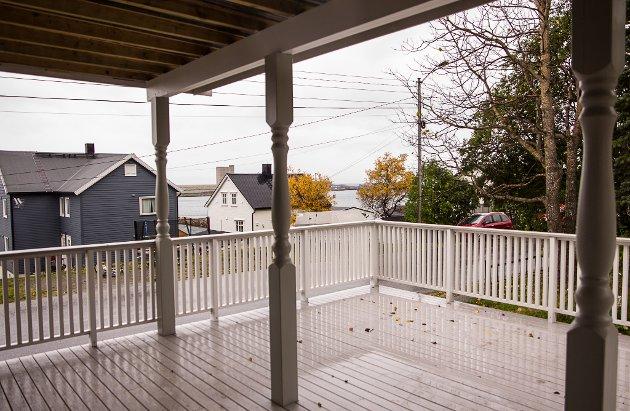 VERANDA: Tidligere var det ingen veranda på huset, men det har Tom Øiesvold bygd på de siste årene.