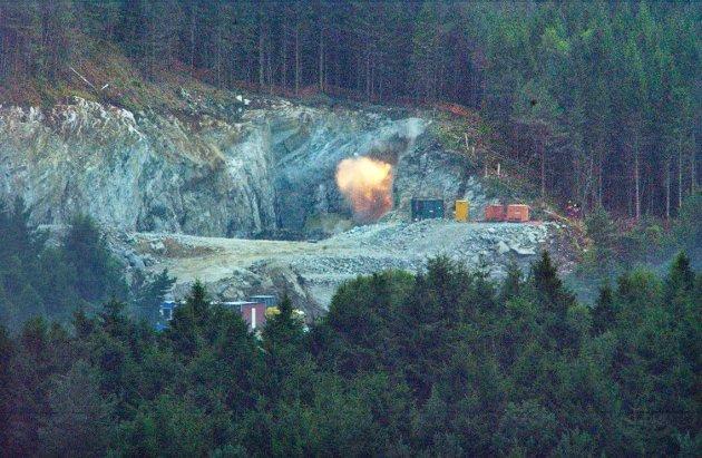 Måndag 22. august 2005 rundt klokka 17 vart ein historisk augneblink på Halsnøy. Då gjekk nemleg den første salva av i den enden av Halsnøytunnelen. (Arkivfoto: Viggo Agdestein).