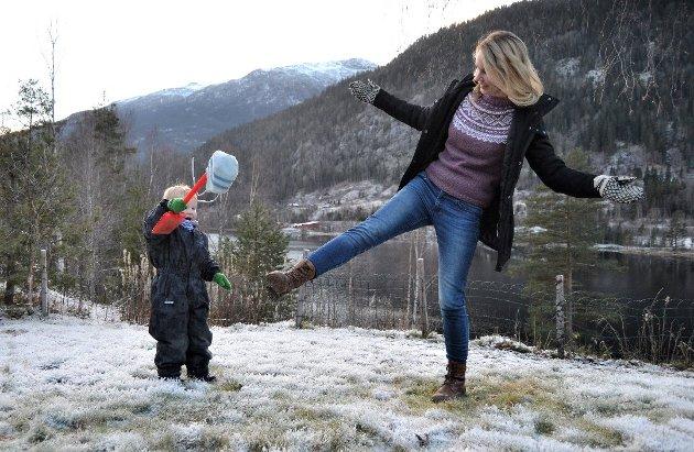 BORTE BRA, NORE BEST: Sigrun Blaavarp Heimda (30) sammen sønnen Sverre (2,5). Sigrun har studert både i Norge og i utlandet, men da hun skulle kjøpe hus, var det aldri noe tvil om hvor hun ville bo,i hjembygda Norefjord, i Nore og Uvdal.