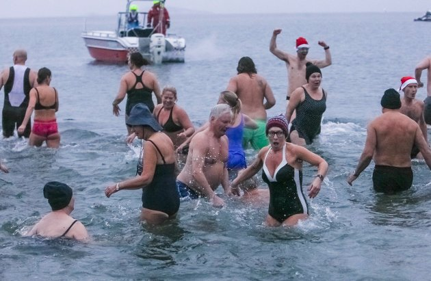 Nyttårsbadet på Sjøbadet i 2016 trakk mange både skuelystne og badende.