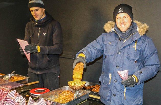BRENTE MANDLER: Fra venstre: Tom Veinbergs (32) og Marcis Mednis (29) står utenfor markedet og selger julegodt.