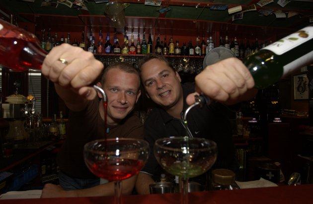 SEPTEMBER 2002: Tom Erik Sværen (til venstre) og Vidar Frøhaug til starte partyfiksing, og få mer fres i utelivet i Elverum. Til daglig arbeider de som bartendere.