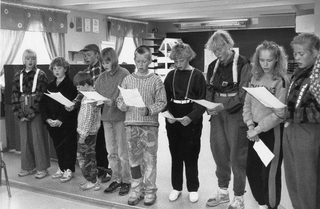 """Langvassgrenda skole, skogdag i 1991. """"Skogskvelden"""" ved Langvassgrenda skole bød på rasende god underholdning. Her er det sangfremføring på gang."""